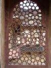 Ces fenêtres sculptées dans une pièce de marbre permettaient non seulement d'observer sans être vu, mais aussi de laisser passer la brise, Birsingh Deo Palace, Datia, Inde.