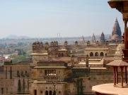 Vue sur le Raja Mahal, le palais voisin du Jahangir Mahal. En arrière plan, à droite, nous apercevons au loin les dômes du temple Chaturbhuj, Orchha, Inde.