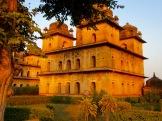 Les chhatris, les mausolées des rois de la région, baignés dans la lumière de la fin de l'après-midi.