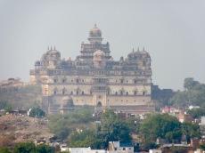 Le Birsingh Deo Palace ou le Old Palace règne toujours sur la ville de Datia, perdu dans le brouillard humide de l'après-midi, Inde.