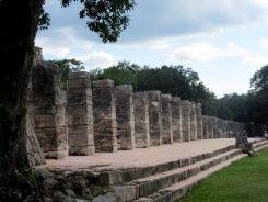 Le temple des mille colonnes nous laisse rêver aux activités de marchandage qui devaient se tenir tout près, sur la place du marché. Chichen Itzà, Yucatán, Mexique.