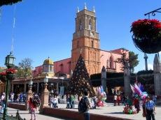 Juste à côté de la Parroquia, San Rafael, la plus vieille église de San Miguel de Allende, veille elle aussi sur la place principale, Guanajuato, Mexique.