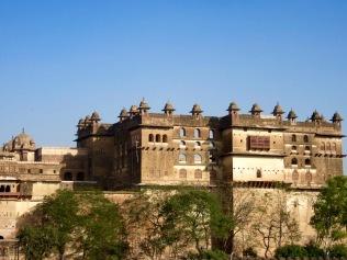 Vue du Raja Mahal à partir du toit d'un restaurant tout près, le panorama est magnifique, Orchha, Inde.