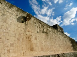 Le mur du plus grand jeu de pelote de Chichen Itzà. Yucatán, Mexique.