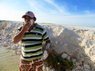 Finalement, notre guide a décidé d'appliquer le traitement sur son propre visage. Il suggère de laisser sécher de petites mottes de terre et de les conserver ainsi jusqu'à l'utilisation. Il suffit alors d'ajouter de l'eau. Rio Lagartos, Yucatán, Mexique.