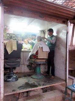 Un arrêt chez le barbier n'est pas un luxe après trois mois d'aventures, Orchha en Inde.
