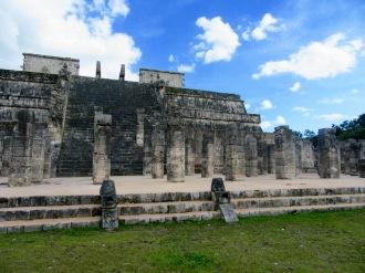 Le toit du temple des mille colonnes, juste devant le temple des guerriers, a disparu depuis longtemps. Par contre, il est permis de rêver à la vie qui s'y déroulait. Chichen Itzà, Yucatán, Mexique.