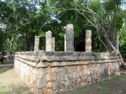 Des inscriptions sont toujours perceptibles sur les bordures de ce petit temple. Chichen Itzà, Yucatán, Mexique.