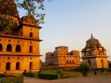 Une douce quiétude règne sur les mausolées en cette fin d'après-midi, Orchha, Inde.