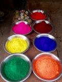 En passant devant le marché, nous avons vu les poudres colorées qui servent à l'occasion de Holi, la fête du printemps, Orchha, Inde.