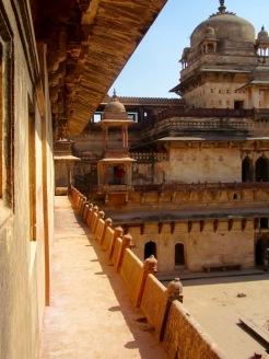 Vue sur la cour intérieure du Jahangir Mahal. Admirez les petits dômes sur le toit et les sculptures sous les corniches, Orchha, Inde.