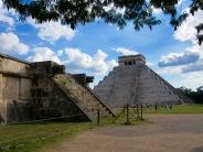 La pyramide de Kukulkan est visible de loin. Qui pourrait deviner qu'elle est construite sur un cénote? Chichen Itzà, Yucatán, Mexique.
