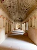 Les pièces intérieures du temple Laxmi Narayan sont construites en hauteur et nous surprennent par leur simplicité, Orchha, Inde.