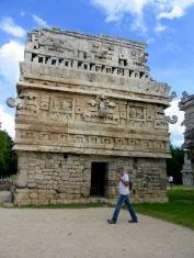 La Iglésia, un petit édifice carré avec une belle frise. Petit, mais très joli! Chichen Itzà, Yucatán, Mexique.