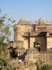 L'entrée du Jahangir Mahal et du Raja Mahal passe par une passerelle qui enjambe une rivière, Orchha, Inde.