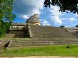 El Caracol peut être aperçu au détour du chemin, se laissant peu à peu découvrir avec son grand escalier menant à une construction circulaire qui servait d'observatoire. Yucatán, Mexique.