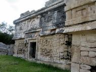 L'une des façades de l'édifice Las Monjas avec ses détails. Chichen Itzà, Yucatán, Mexique.