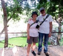 Une petite pause sur le bord du Cénote Sagrado avant d'emprunter de nouveau le sacbé pour le retour vers la cité. Chichen Itzà, Yucatán, Mexique.