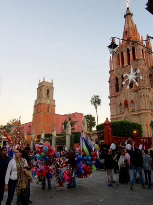 La grande place devant la Parroquia, l'église San Rafael et El Jardin est très prisée des promeneurs, San Miguel de Allende, Guanajuato, Mexique.