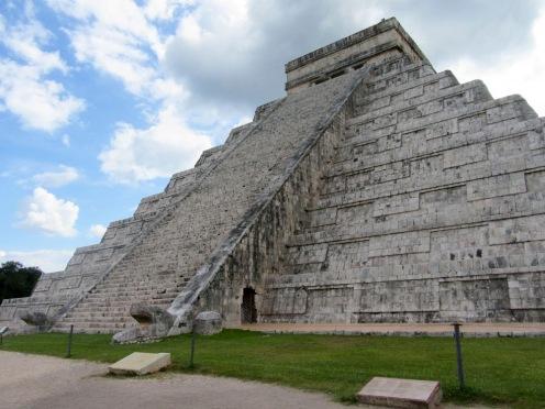 Des têtes de serpent sont encore présentes aux pieds de la pyramide de Kukulkan. Tout en haut, un petit temple où se déroulaient des cérémonies. Chichen Itzà, Mexique.