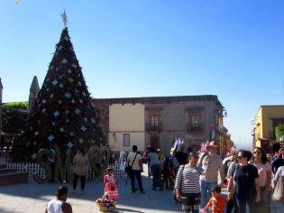L'arbre de Noël devant la Parroquia sert d'arrière plan à d'innombrables séances photos. San Miguel de Allende, Guanajuato, Mexique.