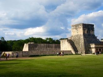 En route vers le grand jeu de pelote. Chichen Itzà, Yucatán, Mexique.