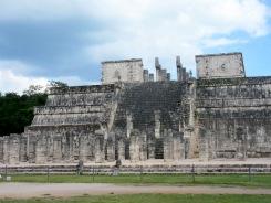 Le temple des guerriers. Tout en haut de l'escalier, il est possible d'apercevoir un Chaac Mool, le dieu maya de la pluie. Chichen Itzà, Yucatán, Mexique.