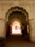 De magnifiques arches se succèdent et relient les pièces qui s'échelonnent les unes à la suite des autres, Birsingh Deo Palace, Datia en Inde.