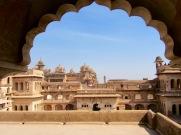 La cour intérieure du Raja Mahal avec une vue sur le Jahangir Mahal en arrière-plan, Orchha, Inde.