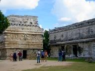 La Iglésia, un petit édifice carré, situé juste à côté de l'édifice de Las Monjas, est un bel exemple du style Puuc de la région. Chichen Itzà, Yucatán, Mexique.