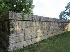 Tzompantli avec son mur où apparaissent les crânes des joueurs décapités suite à un jeu de pelote. Chichen Itzà, Mexique.