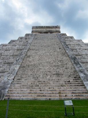 La sommes des marches sur chacune des quatre faces de la pyramide ainsi que la dernière marche menant au petit temple à son sommet est de 365. El Castillo, Chichen Itzà, Yucatán, Mexique.
