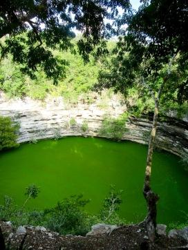 Des objets et des ossements humains ont été trouvés au fond du Cenote Sagrado. Chichen Itzà, Yucatán, Mexique.