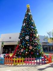 Un des arbres de Noël qui décorent les placitas du Centre d'achats de San Miguel de Allende, Guanajuato, Mexique.