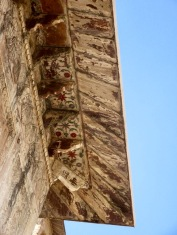 Même si elles sont très hautes, le dessous des corniches du Raja Mahal était peint avec soin, Orchha, Inde.