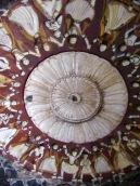 Les plafonds du Birsingh Deo Palace révèlent encore aujourd'hui des peintures du style Bundela, Datia, Inde.