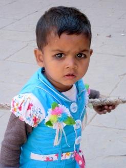 Dans la cour du Jahangir Mahal, un petit enfant se demande pourquoi sa mère m'a demandé, moi une inconnue, de le prendre en photo, Orchha, Inde.