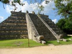 La Tumba del Gran Sacerdote où l'on a découvert les restes d'un prêtre. Remarquez les têtes des dragons au pied de l'escalier. Chichen Itzà, Yucatán, Mexique.
