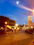 La lune se lève sur la place centrale de San Miguel de Allende, Guanajuato, Mexique.