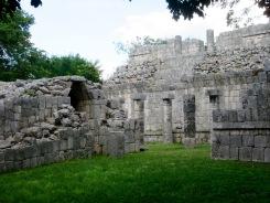 El Templo de Los Tableros avec ses sculptures. Il n'est pas très bien conservé, mais il fait tout de même rêver. Chichen Itzà, Yucatán, Mexique.