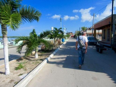 Marche dans les rues calmes de Rio Lagartos en ce beau dimanche ensoleillé. Yucatán, Mexique.