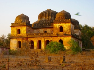 Les mausolées des gouvernants de la région sont situés près de la rivière, un peu à l'extérieur de la ville, Orchha, Inde