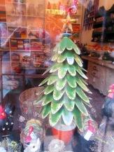 Un sapin de Noël en métal orne une devanture de magasin, San Miguel de Allende, Guanajuato, Mexique.