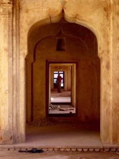 Une succession de portes nous laisse deviner la beauté de ces lieux au temps des anciens, Jahangir Mahal, Orchha, Inde.
