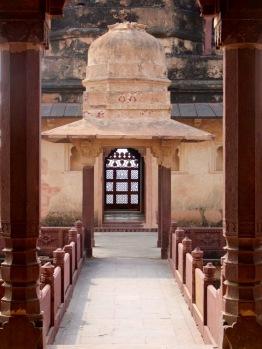 L'une des passerelles qui surplombent les cours intérieures du Birsingh Deo Palace, Datia, Inde.