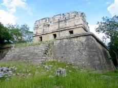 La Casa Colorada où la couleur rouge dominait. Pouvez-vous l'imaginer? Je me demande quelles couleurs ornaient la frise...Chichen Itzà, Yucatán, Mexique.