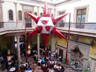 Une énorme piñata est suspendue au plafond du restaurant Sanborns de la Casa de Los Azuleos à Mexico, Mexique.