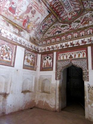 Les murs des pièces intérieures du Raja Mahal étaient recouverts de peintures, ce sont de véritables œuvres d'art. Orchha, Inde.