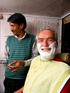 Un bon rasage par des mains expérimentées, ça fait du bien! Orchha, Inde.
