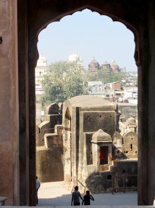 Les cours se succèdent à l'entrée du Raja Mahal, Orchha, Inde.
